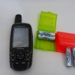 GPSMap 62 ST geöffnet und Batteriebox Hama 46674 mit vier Akkus Ansmann Digital AA 2850mAh